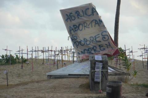 """""""As ricas abortam, as pobres morrem"""", ação da MMM do Ceará na praia de Iracema, em Fortaleza (2012)."""