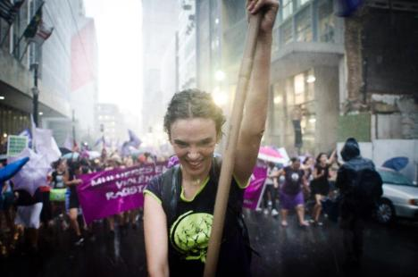 """""""Pode chover, pode molhar, sou feminista até o machismo acabar!"""". Foto: FdE"""