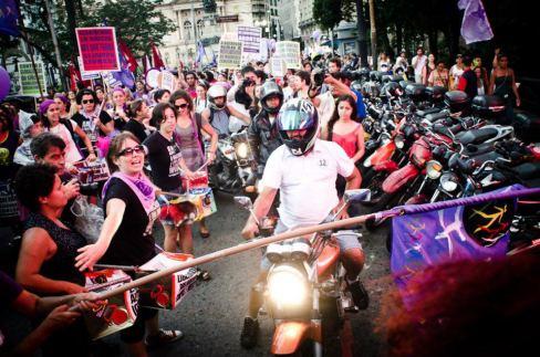 Motoqueiros tentam furar manifestação e são bloqueados pelas mulheres e pela polícia em São Paulo. Foto: FdE