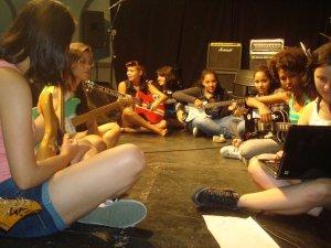 Oficina de guitarra para as mulheres. Festival Mulheres no Volante, 2011.
