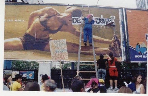 Ofensiva contra a mercantilização do corpo e da vida das mulheres, campanha lançada pela MMM em 2004. Na foto, intervenção em outdoors na Av. Paulista, em SP. Fonte: CMI.