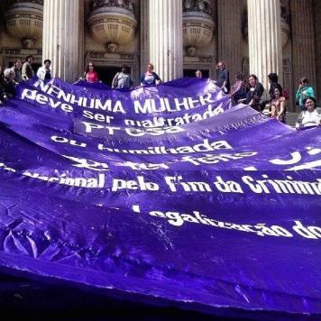 Manifestação em frente à Alesp marca Dia de Luta pela Legalização do Aborto no RJ.