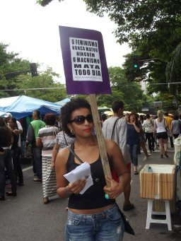 Mulheres da MMM em manifestação pelo fim da violência sexista, na feira hippie de Belo Horizonte/MG