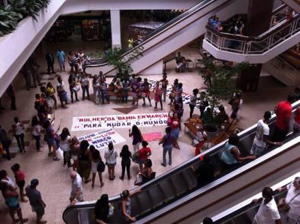 Em Salvador (BA), a batucada feminista foi até o Shopping X.