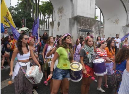 Batucada feminista nas ruas do Rio de Janeiro (RJ).