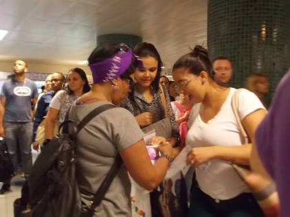 Os apitos e adesivos foram muito bem recebidos pelas mulheres. Foto: Anna Carolina Souza Dias.