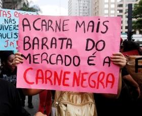 20nov2013---manifestantes-carregam-cartazes-durante-marcha-da-consciencia-negra-que-completa-dez-anos-em-2013-nesta-quarta-feira-20-o-tema-deste-ano-e-por-um-brasil-sem-racismo---a-juventude-quer-1384970117184_956x500