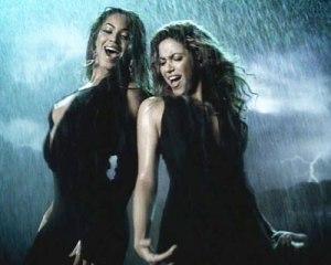 """Consideradas divas do pop em """"Beautiful liar"""" Shakira e Beyoncé cantam versos como """"Não vamos começar uma briga / Não vale a pena o drama por um lindo mentiroso / A culpa é dele / Nós podemos viver sem ele""""."""