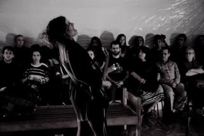Cena do espetáculo Rózà. Foto: Divulgação.