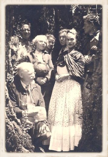 Frida com (a partir da esquerda), Diego Rivera, Natalia Trotsky, Leon Trotsky, André Breton e Jea van Heijenoort, Cidade do México, 1938.