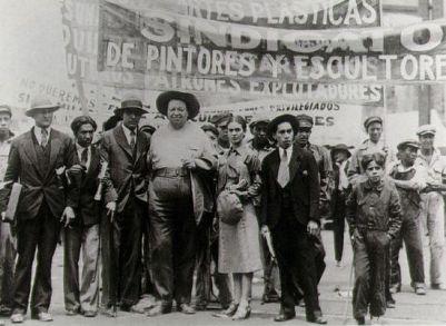 Frida Kahlo e Diego Rivera em manifestação do dia dos/as trabalhadores/as. Foto: Tina Modotti, 1929.