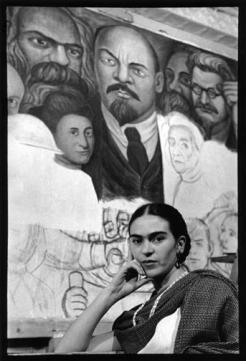 """Frida Kahlo, New York, 1933. Ao fundo, o painel """"Proletarian Unity"""", de Diego Rivera."""
