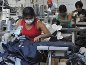 Bolivianas trabalhando em situação irregular no Brasil. Fonte: DCM.