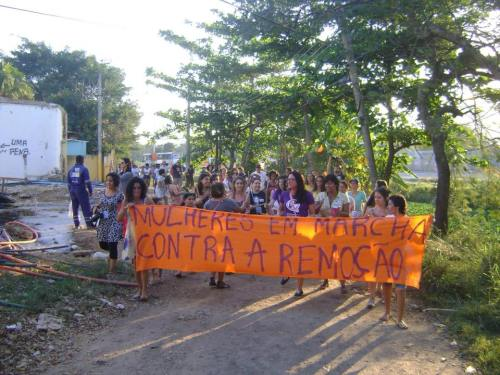 Mulheres da Vila Autódromo (RJ) em Marcha contra as remoções. Foto: Marianna Fernandes (08/15).